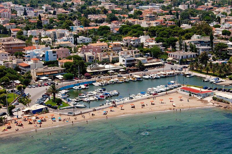 Bãi biển xinh đẹp yên tĩnh được bao quanh bởi cây xanh và có mực nước nông gần bờ. Biển Nea Makri trở thành lựa chọn lý tưởng cho gia đình và những du khách muốn tìm kiếm trải nghiệm hoà cùng thiên nhiên hoang sơ bởi nơi đây không hề có những quán bar hay khu vui chơi ven biển ồn ào và đông đúc.