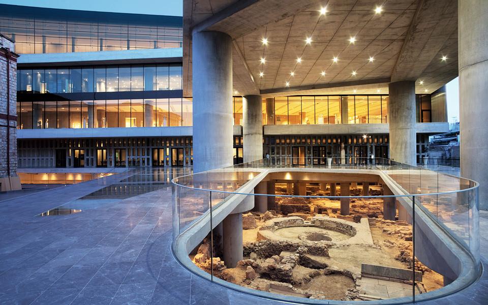 Bảo tàng có ba tầng với các chủ đề khác nhau, đặc biệt tầng một có một diện tích mở ở bên dưới và đó là nơi trưng bày các đồ khảo cổ được tìm thấy trong quá trình xây dựng công trình này.