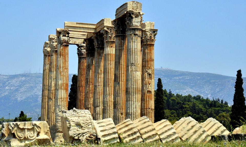 Đền thờ thần Zeus: Điểm thu hút du khách tại khu Olympieon chính là đền Olympian Zeus - một trong những ngôi đền vĩ đại nhất lịch sử cổ đại. Từ ngôi đền thờ vua của các vị thần Olympia này, khách du lịch có góc nhìn toàn cảnh đền Parthenon. Quá trình xây dựng bắt đầu vào thế kỷ thứ 6 TCN, nhưng phải đến 638 năm sau, công trình mới hoàn thành dưới triều đại vua La Mã Hadrian.