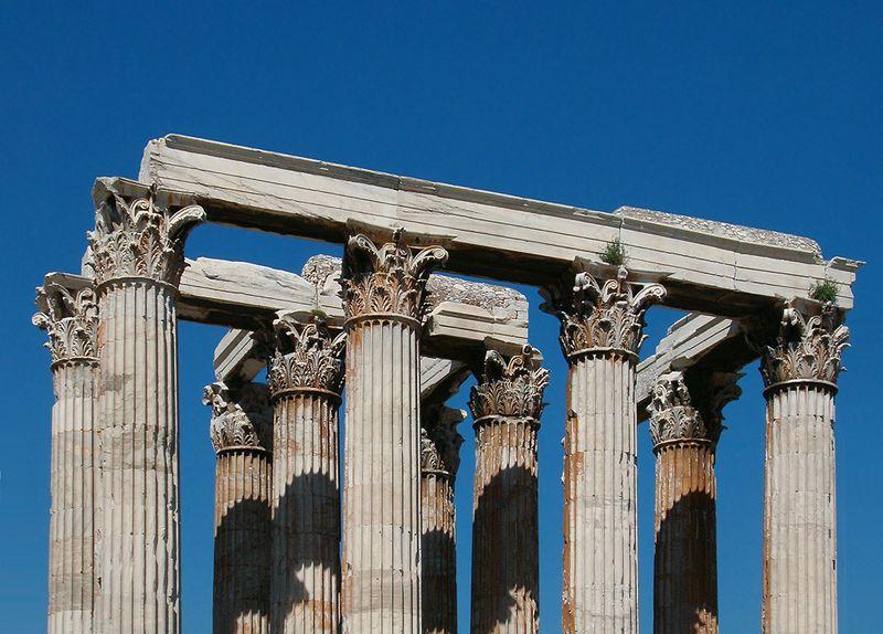 Ngôi đền vốn được dựng nên từ 104 cột trụ lớn bằng đá cẩm thạch với chiều cao 17 m. Trải qua chiến tranh và xâm lược, công trình hiện chỉ còn 16 cột nguyên vẹn.