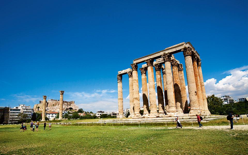 Trong khuôn viên của ngôi đền khổng lồ là phần còn lại của những công trình cổ đại khác như nhà tắm La Mã (Roman Bath), nhiều dinh thự, nhà thờ từ thế kỷ thứ 5 TCN và tàn dư bức tường của pháo đài thành phố.