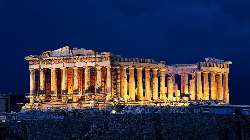 Đền Parthenon, thuộc quần thể kiến trúc Acropolis: Bước vào Acropolis, nổi bật nhất chính là đền Parthenon. Ngôi đền này thờ thần Athena - nữ thần trí tuệ và người bảo hộ của Athens. Đế chế Athena hùng mạnh bắt đầu xây dựng đền Parthenon vào năm 447 TCN và hoàn thiện công trình này tới năm 432 TCN.
