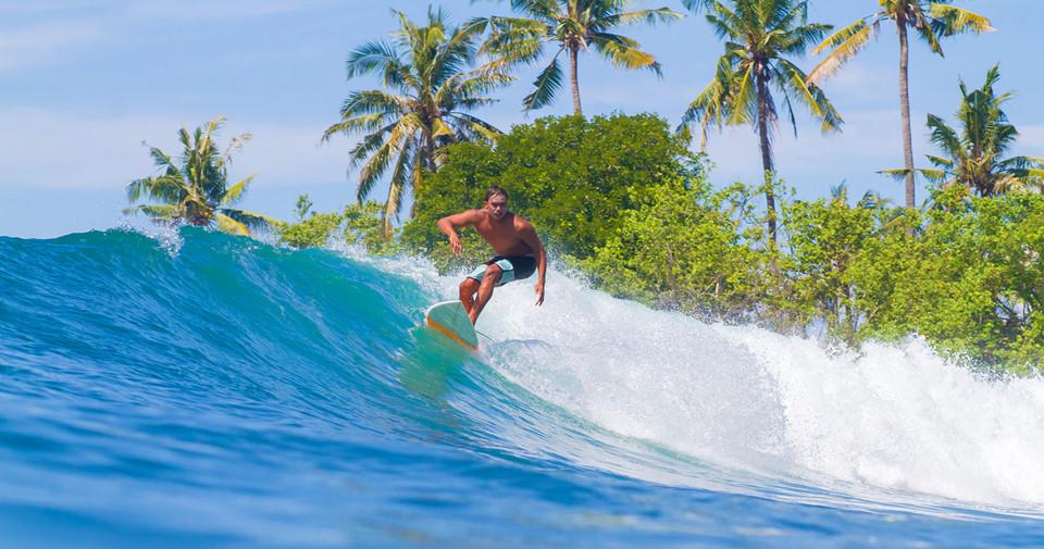 1. Chọn Tây Bali để lướt sóng, chọn Đông Bali để lặn biển: Lướt sóng ở Bali là trải nghiệm du lịch nổi tiếng thế giới. Bạn nên chọn các bờ biển phía Tây Bali như Kuta để tận hưởng những lớp sóng đáng kinh ngạc ở đây. Ảnh: Epicgapyear.com.