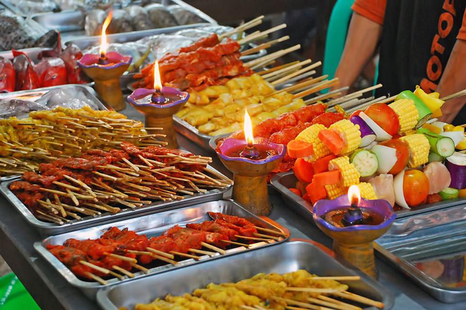 Nếu đến chợ đêm Gili Trawangan, hãy thử những con tôm nướng tươi ngon cỡ lớn được đánh bắt từ đại dương. Bạn cũng đừng quên món salad Indonesia gado gado với rau và trứng luộc hấp dẫn. Ảnh: Bali-indonesia.com.