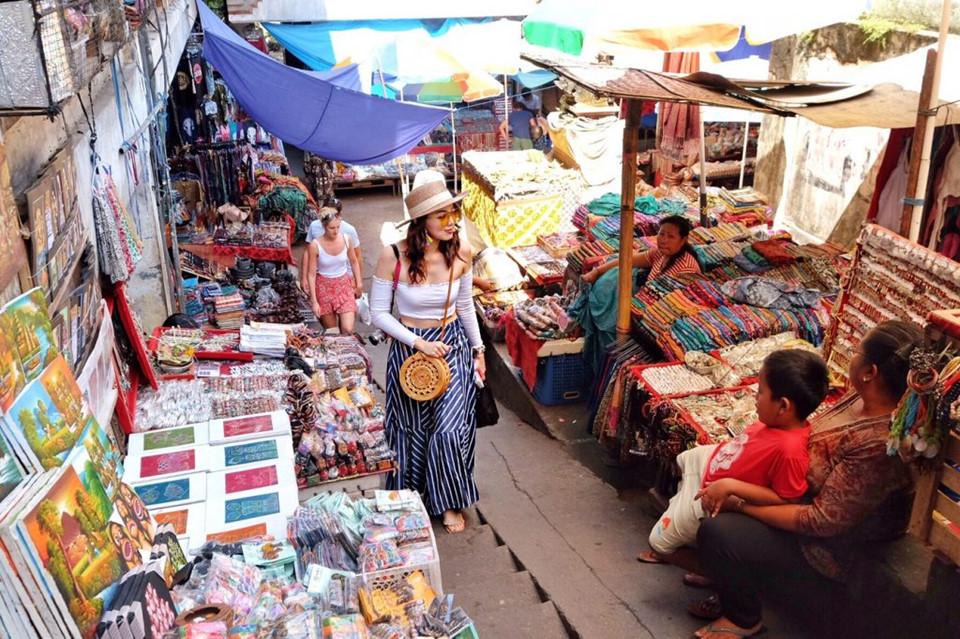 8. Học cách trả giá cho hầu hết mọi thứ: Ở Bali, thường sẽ có mức giá cho người dân địa phương, và mức giá dành riêng cho khách du lịch. Nếu khéo léo, bạn có thể mặc cả để có được những món hàng giá hời. Thậm chí cả những dịch vụ tưởng chừng đã cố định giá như khách sạn hay tour du lịch, bạn vẫn linh động thỏa thuận được. Ảnh: Travelog.me.