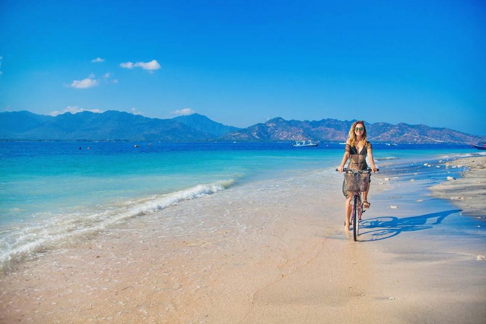 """Đến """"thiên đường"""" Gilis, hãy đạp xe dạo quanh những bờ biển cát trắng tuyệt đẹp ở đây, hay bơi lội dưới làn nước trong xanh cùng những đàn cá nhiệt đới và những chú rùa biển đáng yêu. Ảnh: Off-the-path.com."""