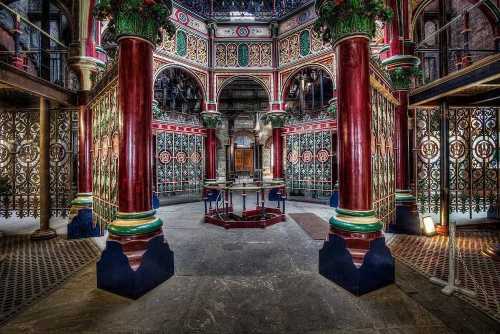 Trạm bơm Crossness bị bỏ hoang được xem là trạm bơm đẹp nhất thế giới với lối kiến trúc cầu kỳ thời Victoria, thu hút du khách ngay khi bước chân vào. Qua ống kính của nhiếp ảnh gia, thoạt nhìn sự kết hợp giữa màu đỏ, vàng đồng và xanh lá khiến nhiều người nhầm lẫn nó là một cung điện ở Tử Cấm Thành.