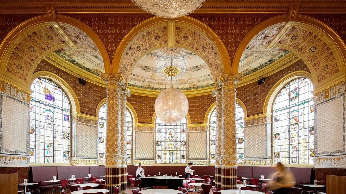 Không ít du khách bỏ lỡ quán cà phê V&A trong bảo tàng nghệ thuật trang trí và thiết kế lớn nhất thế giới Victoria and Albert ở Kensington. Thiết kế xa hoa, trần nhà cao, cột nhà mạ vàng và khung cửa sổ kính trang trí đẹp mắt, quán cà phê vừa là điểm nghỉ chân, vừa là điểm chụp ảnh lý tưởng đối với người đam mê kiến trúc.
