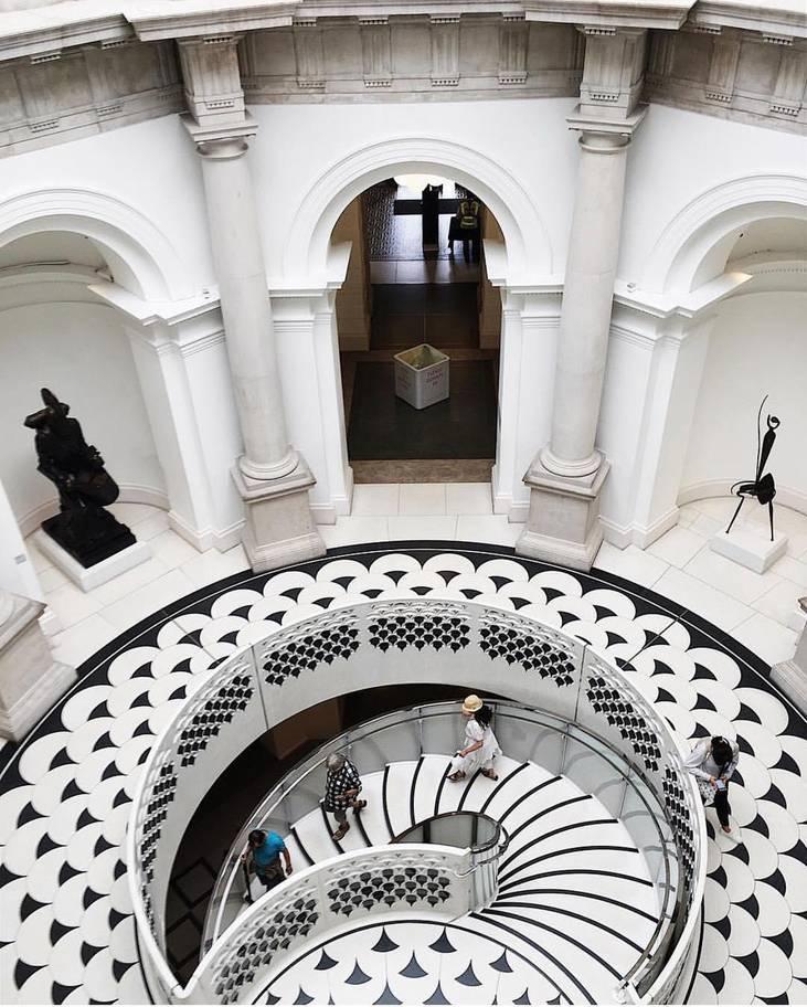 Đứng từ trên cao nhìn xuống cầu thang trung tâm ở bảo tàng nghệ thuật Tate, sự độc đáo của kiến trúc theo phong cách montone dễ khiến bạn hoa mắt nhưng lại thú vị hơn so với chụp từ bên dưới lên.