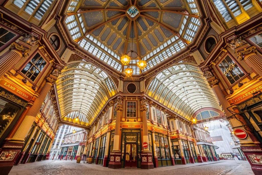 Fan của Harry Potter chắc hẳn sẽ cảm thấy chợ Leadenhall khá quen thuộc bởi đây là phim trường của quán Cái Vạc Lủng và Hẻm Xéo. Muốn chiêm ngưỡng sự đối xứng trong kiến trúc Victoria cổ điển rực rỡ dưới ánh đèn vàng thì bạn nên tham quan ngôi chợ lâu đời và đẹp nhất London này vào ban đêm.