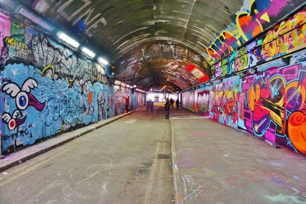 Đường hầm Leake dài khoảng 300 m là nơi khá nổi tiếng trong giới graffiti, ấn tượng với các bức vẽ đủ sắc màu. Nó không phải công trình kiến trúc đặc biệt, tuy nhiên lại trở thành background hoàn hảo nếu bạn muốn có một bức hình cá tính.