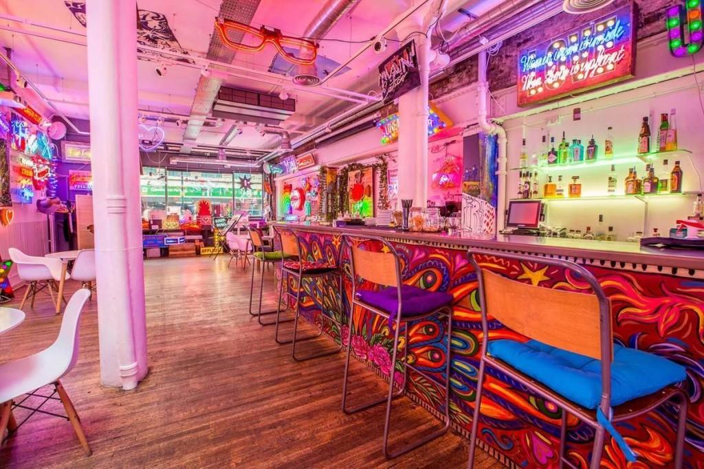 Sự kết hợp khéo léo giữa ánh sáng tự nhiên và màu sắc bên trong một quán bar ở Soho khiến nơi đây có sức lôi cuốn kỳ lạ. Kể cả khi ghé quán vào ban ngày, khách cũng khó có thể phân biệt thời gian bởi không gian ảo diệu này.