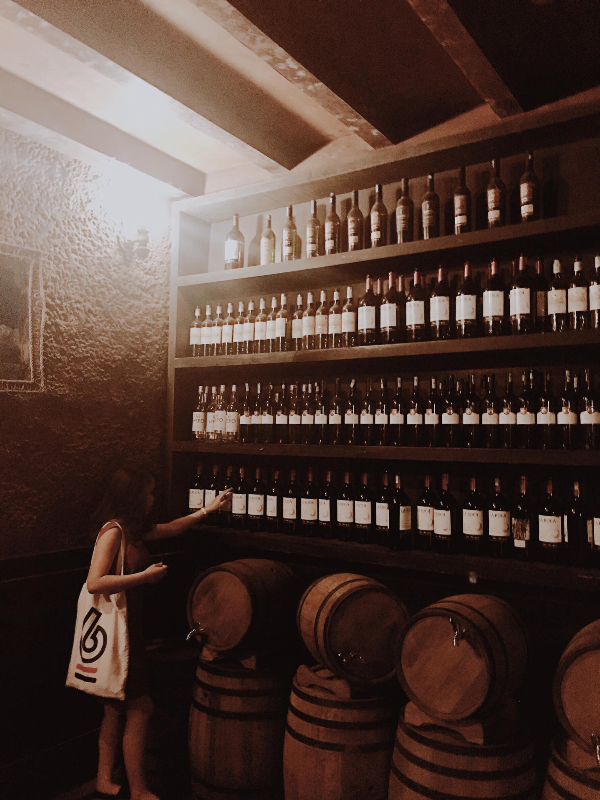 Hàng nghìn chai rượu được sắp xếp ngăn nắp