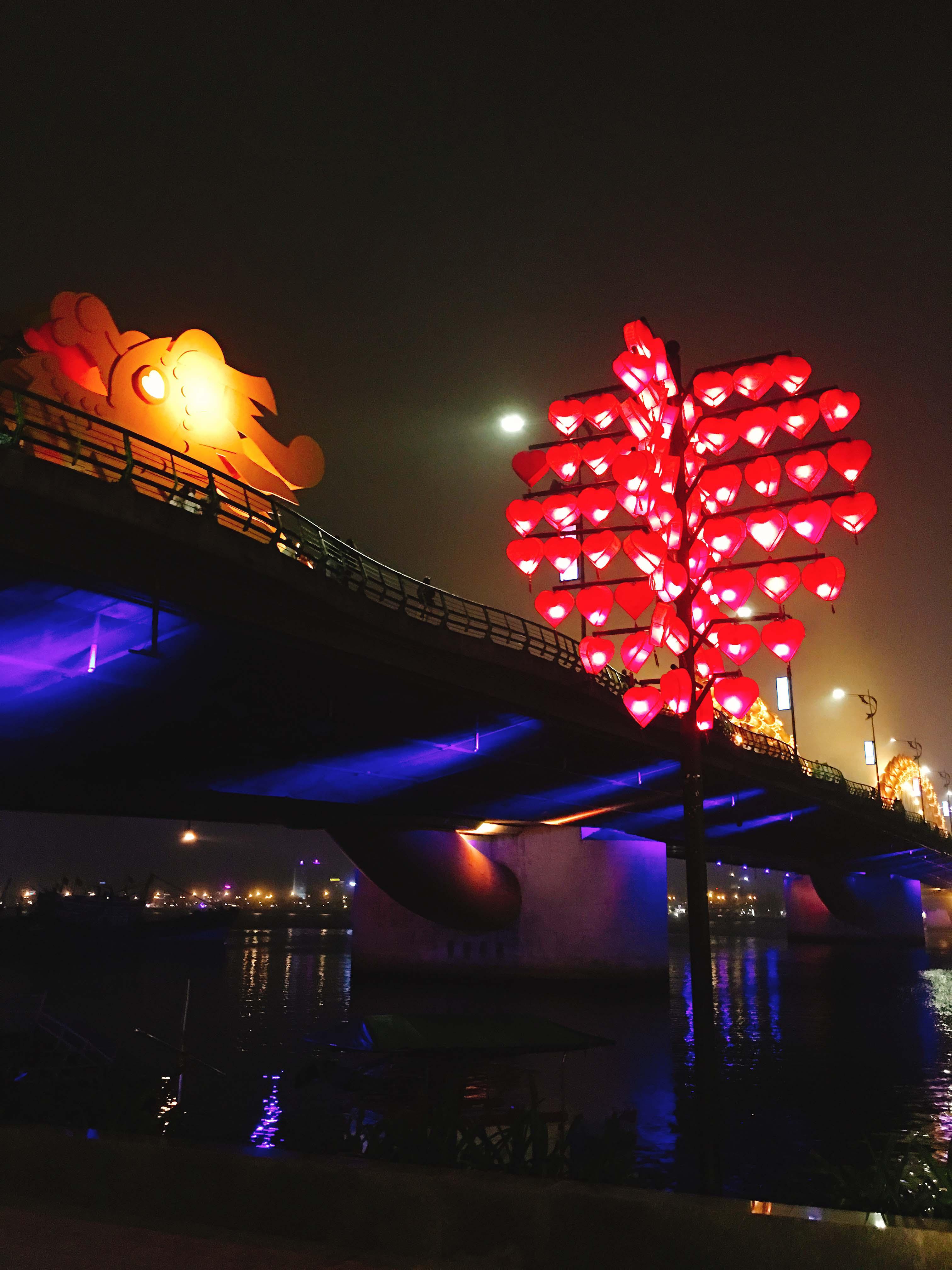 Cầu Tình Yêu dưới chân cầu Rồng