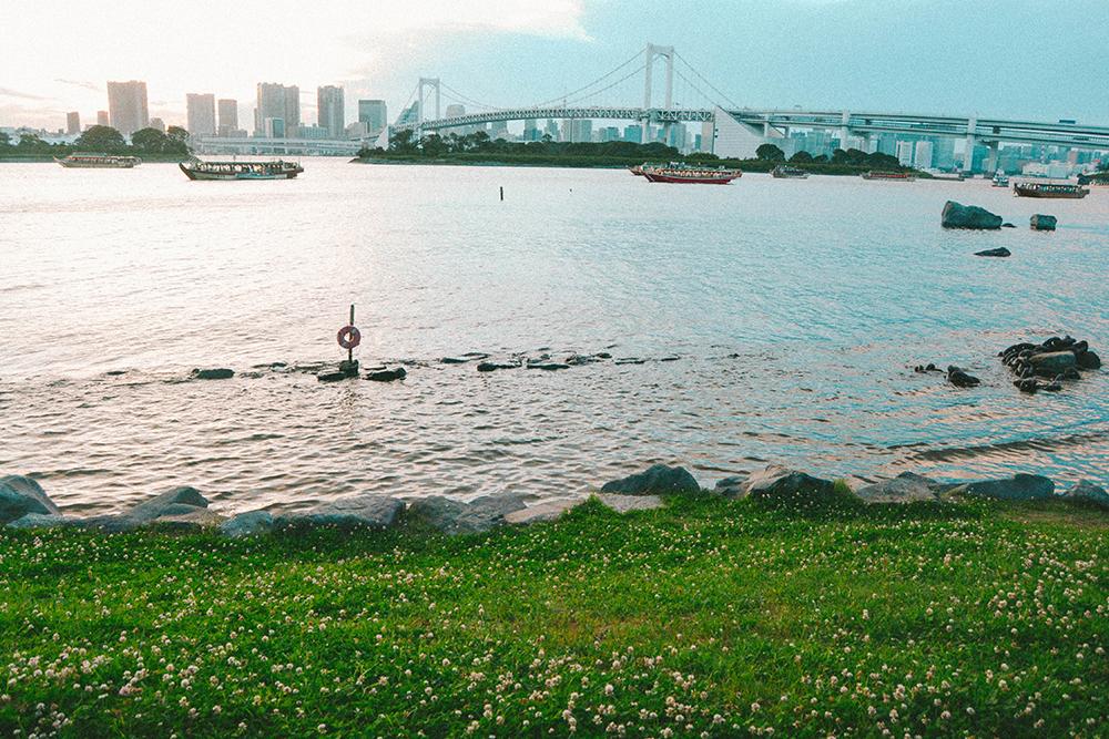 Odaiba là hòn đảo nhân tạo nằm ở vịnh Tokyo, cách trung tâm thành phố khoảng một giờ đi tàu. Hòn đảo luôn là một trong những điểm đến ở Tokyo thu hút nhiều khách du lịch nhất và là nơi bạn có thể ngắm nhìn toàn cảnh thành phố lãng mạn nhất.