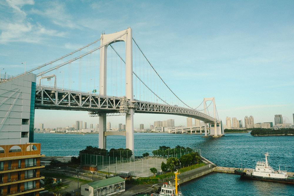 Đến Odaiba, du khách có thể dành nguyên một ngày để khám phá các địa danh như tòa nhà Truyền hình Fuji Studios, trung tâm mua sắm Tokyo Beach, Aqua, tượng Nữ thần Tự do, cầu Rainbow Bridge, Palette Town...