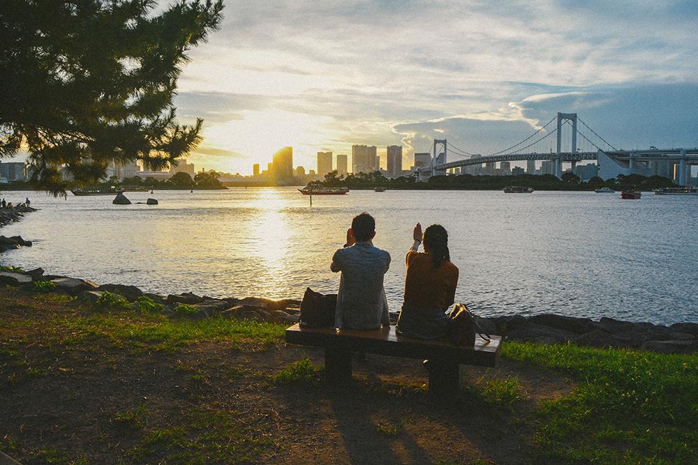 Không phải là một cảnh quan thiên nhiên thuần túy nhưng đảo nhân tạo Odaiba lại là điểm tham quan ngoài trời đáng giá nhất ở Tokyo, đặc biệt là vào mùa hè. Thời điểm hoàng hôn thường khá muộn, khoảng 19h. Nhưng những người lãng mạn thường hò hẹn ở đây từ sớm để chọn một chỗ đẹp nhất ngắm mặt trời lặn.