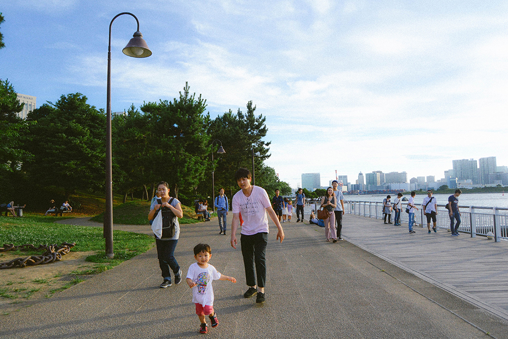 Không gian rộng rãi, thoáng đãng nên con đường ven biển cũng rất thích hợp để các gia đình đưa con nhỏ tới dã ngoại, vui chơi.