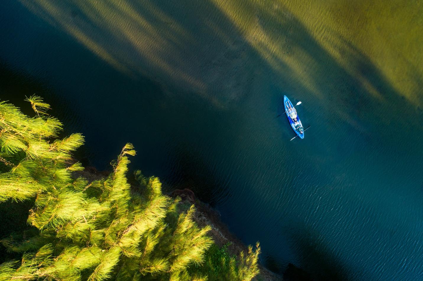 Chèo thuyền Kayak trên nhánh sông tĩnh lặng tại Hồ Cóc