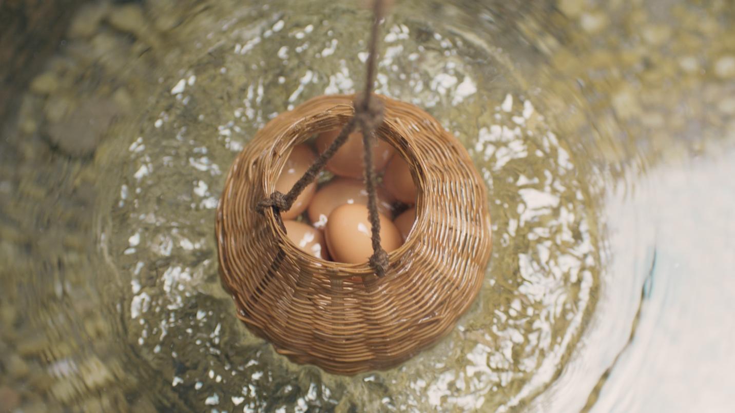 Luộc trứng bằng nước khoáng nóng 83oC - Hoạt động được yêu thích tại Bình Châu