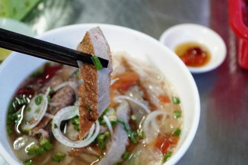 Ngày nay, nhiều quán ở Nha Trang còn cho thêm chả cá vào để tăng hương vị. Ảnh: Di Vỹ.