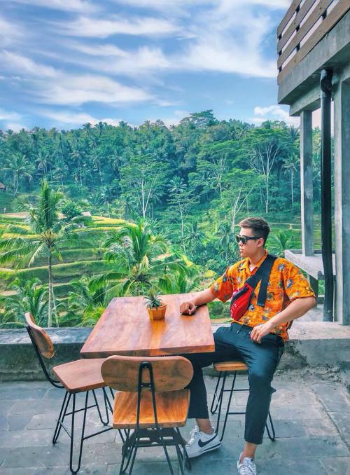 Bali là một miền đất khiến bất cứ ai từng đặt chân đến đều mang theo tâm trạng ngẩn ngơ, tiếc nuối khi rời xa. Nguyễn Đức Minh Hoàng - chàng trai sinh năm 1996, hiện sinh sống tại Hà Nội - vừa trở về từ miền đất Eat, Pray and Love này cũng là một trong số đó. Từng đặt chân tới nhiều miền đất dù còn khá trẻ nhưng chàng phượt thủ này vẫn dành nhiều tình yêu cho Bali.