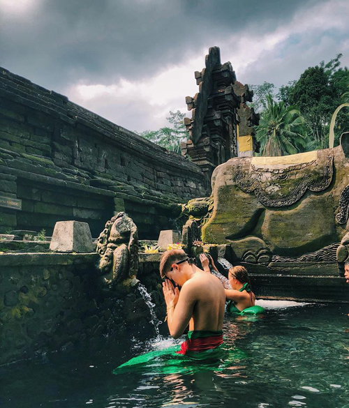 Nếu muốn trầm mình, gột rửa bản thân, du khách có thể thuê một tủ gửi đồ và thuê một chiếc sarong khác để xuống hồ bơi. Sarong mượn từ ngoài cổng không được mặc xuống nước. Người dân Bali tin rằng tắm tại đền này sẽ giúp gột rửa, thanh tẩy bản thân, đem lại sức khỏe và sự may mắn. Đối với các du khách, sẽ là một trải nghiệm thú vị nét văn hóa cổ truyền đặc sắc của người Indonesia.