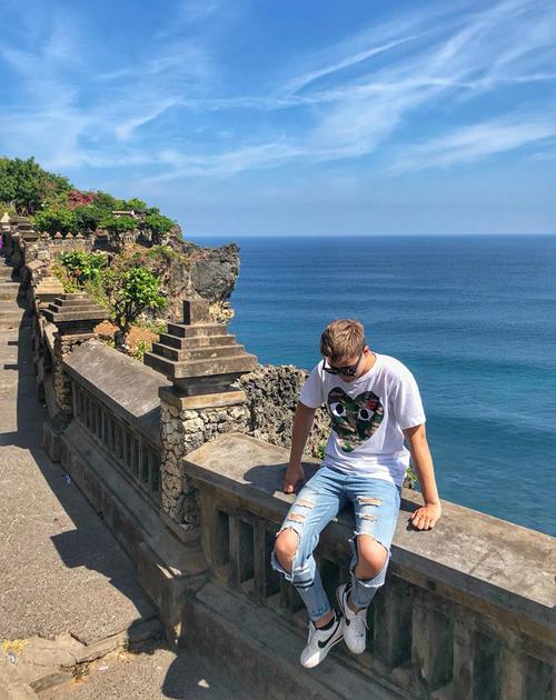 Đền Uluwatu yên bình ẩn mình bên trong khung cảnh thiên nhiên hùng vĩ. Được chạm khắc từ đá san hô đen, ngôi đền nằm trên mỏm của vách đá cao 76 m, nhìn ra biển Java. Uluwatu là được xây dựng từ thế kỷ thứ 10 và là một trong những ngôi đền cổ xưa nhất Bali. Chụp ảnh ở đây rất đẹp, biển xanh ngắt, sóng vỗ trắng xoá, ngôi đền cổ xưa lấp ló xa xa trên vách đá.