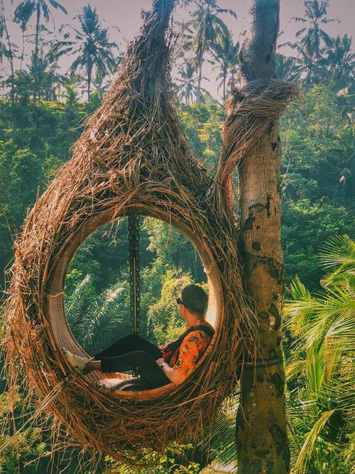 """""""Bali là một hòn đảo có những bãi biển trải dài thơ mộng. Ghi dấu trên đó là các di tích cung điện, đền chùa cổ độc đáo, vững chãi qua nhiều thế kỷ của người Indonesia. Nói đến Bali là nói đến những bờ biển nước xanh với hàng dừa bát ngát, là những ngôi đền đá cổ độc đáo cùng những ngọn núi lửa khổng lồ, Bali cũng là địa điểm mà đoàn làm phim đã quay bộ phim Eat, Pray, Love"""", Minh Hoàng giới thiệu về miền đất thơ mộng."""