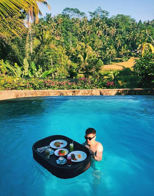 Bali là nơi lý tưởng dành cho những ai muốn tận hưởng những phút giây yên bình và thư thái. Một trong các trải nghiệm mà bạn không nên bỏ qua là thưởng thức floating breakfast (bữa sáng nổi).Bạn vừa bơi vừa có bữa sáng trôi bồng bềnh trên mặt nước, nhã không gì bằng. Hoàng bật mí rằng, đây là đặc sản của Bali nhưng bạn hãy nhớ đặt trc một ngày nếu không họ sẽ chỉ phục vụ các bạn bữa sáng kiểu truyền thống.