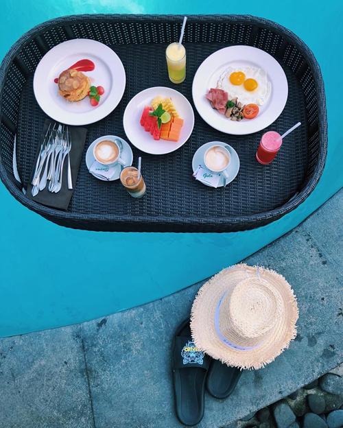 Lịch trình 5 ngày 4 đêm của gia đình Minh Hoàng bao gồm: ngày 1 di chuyển Hà Nội - Ubud. Ngày 2: khám phá Ubud, chơi xích đu khổng lồ Bali swing, đền Tirta Empul. Ngày 3: Monkey Forest Ubud, đền Tanah Lot, bãi biển Seminyak, buổi tối chơi ở các bar club ở đây. Ngày 4: đền Uluwatu, bãi biển Kuta.