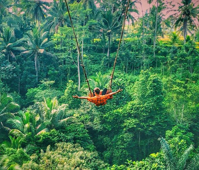 Minh Hoàng còn thử cảm giác mạnh khi tham gia giò chơi Bali swing. Chiếc xích đu huyền thoại mà ai đến Ubud cũng mong có một bức ảnh đẹp long lanh tại đây. Giá vé tham gia chơi khoảng 20 USD cho một lần chơi. Theo Hoàng, mức này cũng khá đắt nhưng rất đáng, cảm giác lao mình vào trong thiên nhiên thật sự khó quên. Bên cạnh đó cũng có những chiếc tổ chim khổng lồ để du khách có thể chụp những bức ảnh sống ảo đặc trưng Bali .