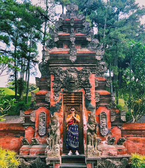 Du khách thường tới tắm nguồn nước thần tại đền Tirta Empul. Ngôi đền được xây dựng từ thế kỷ thứ 10, là một trong những ngôi đền linh thiêng bậc nhất tại Bali, được bao bọc bởi dòng suối chảy quanh năm. Nước từ con suối chảy qua một ao nước thánh trầm tích sủi bọt và từ đó chảy vào hai hồ bơi lớn hình chữ nhật qua các đài phun nước được chạm khắc cầu kỳ.