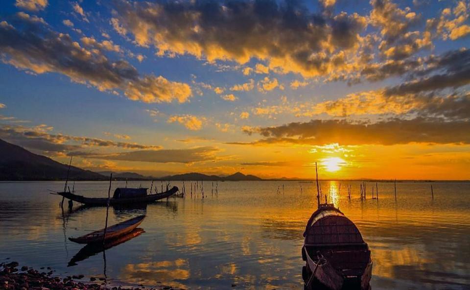 Phá Tam Giang nằm trong hệ đầm phá Tam Giang - Cầu Hai, nổi tiếng là vùng đầm phá nước lợ lớn nhất Đông Nam Á. Cách thành phố Huế khoảng 12 km, phá Tam Giang thuộc địa phận của bốn huyện Phong Điền, Quảng Điền, Hương Trà và Phú Vang thuộc tỉnh Thừa Thiên - Huế. Ảnh: @mananh_nguyen.