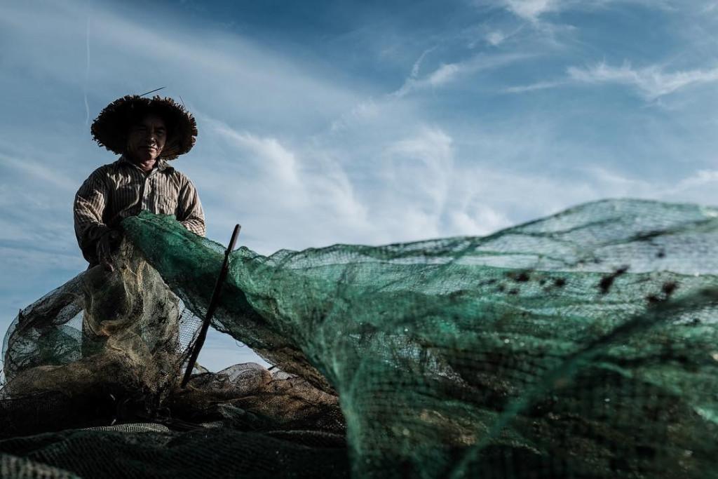 Người dân ở đây sinh sống chủ yếu bằng nghề đánh bắt thủy hải sản. Các thương lái trên chợ nổi đều là những ngư dân sinh sống trong các làng chài như Thái Dương Hạ, Ngư Mỹ Thạnh... Chợ nổi làng Ngư Mỹ Thạnh tồn tại đến nay cũng khoảng vài trăm năm. Ảnh: @sylvain_marcelle. @picsofasia.