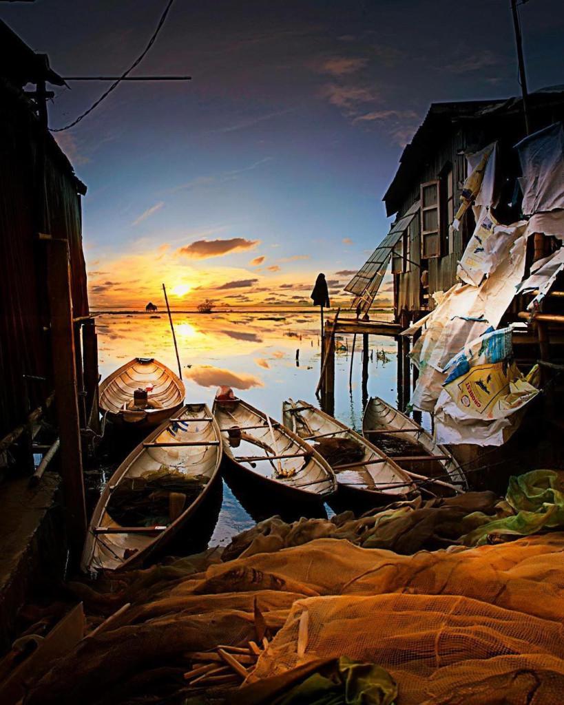 Vùng đầm phá mênh mông này từng được biết đến như một vùng quê nghèo khó. Nhưng ngày nay, phá Tam Giang đã được biết đến rộng rãi hơn, trở thành vùng sông nước xứ Huế hấp dẫn khách du khách với những hình ảnh bến đò lênh đênh sông nước nhuộm vàng bởi ánh nắng khi bình minh. Ảnh: @Vietnamwonders.