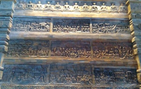Chùa Tam Chúc được xây dựng với hàng nghìn bức tranh bằng đá được ghép tỉ mỉ, cẩn thận bởi đôi bàn tay tài hoa của những người thợ. Ảnh Ngọc Xen