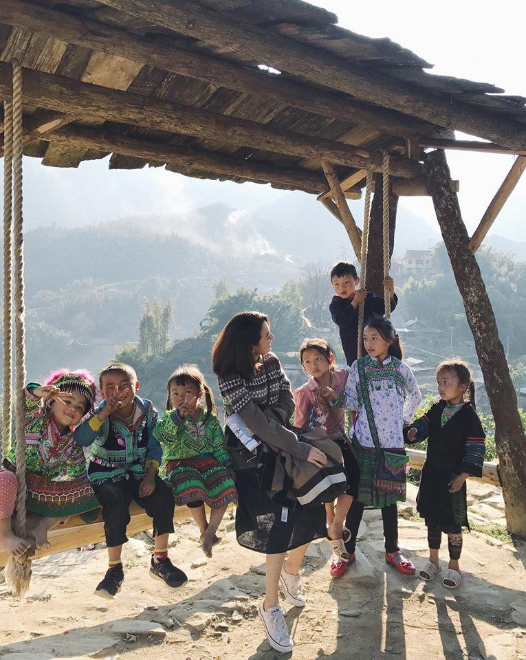 Hay những bức ảnh ngộ nghĩnh chụp cùng các em nhỏ vùng cao hồn nhiên, trong sáng và rất yêu quý khách du lịch. Ảnh: @lucy2kid, Phuong Nguyen.