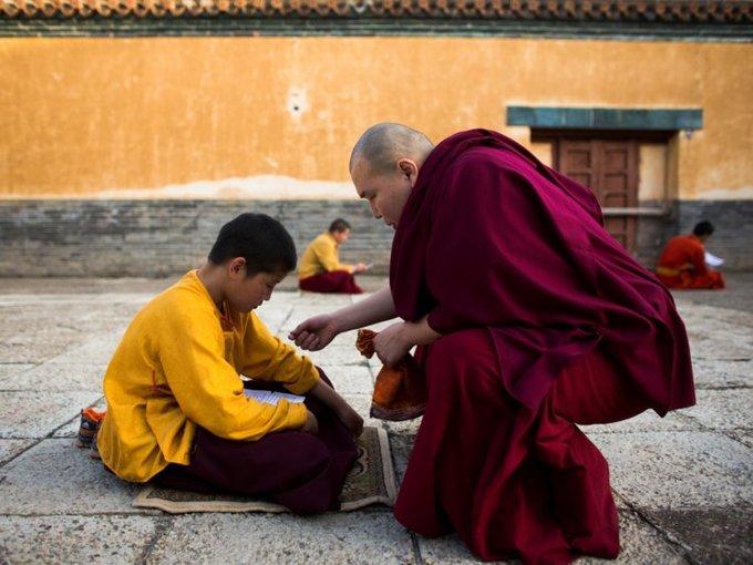 Các trung tâm tôn giáo như tu viện Amarbayasgalant chỉ có khoảng 40 người. Người đứng đầu tu viện cũng là người lớn tuổi nhất mới 35 tuổi.