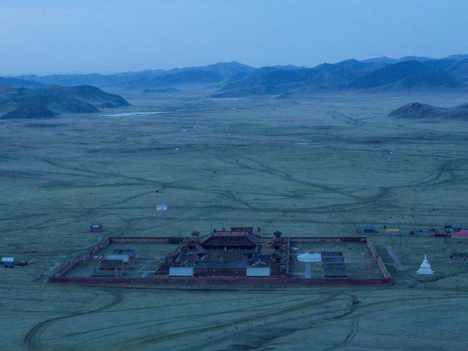 Nằm giữa những đồng cỏ vô tận phía bắc Mông Cổ, tu viện này cách đường giao thông gần nhất tới 35 km.