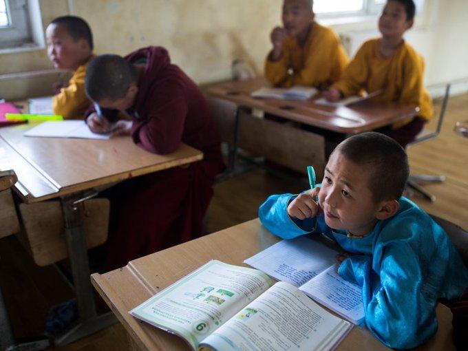 Vào buổi chiều, các chú tiểu được học những môn văn hóa thông thường như toán, văn.