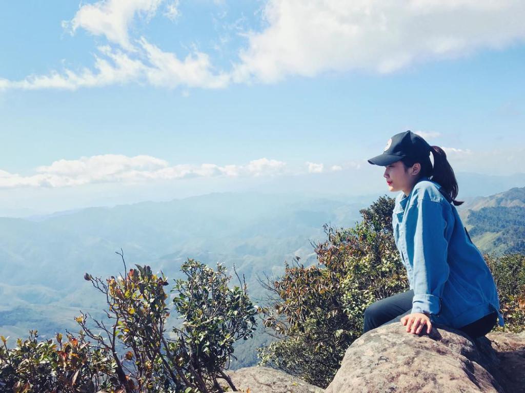 """Tuy nhiên, khi đã thành công chinh phục đỉnh Pha Luông, bạn sẽ cảm thấy tự hào được tận mắt chiêm ngưỡng núi đồi hùng vĩ cùng biển mây bồng bềnh tuyệt đẹp. Bên cạnh đó, đỉnh Pha Luông với những vách đá dựng thẳng đứng, tạo từ hàng chục nghìn phiến đá chồng lên nhau. Từ trên đỉnh nhìn thẳng xuống, bạn sẽ không bị che khuất bởi bất cứ vật cản gì. Những ngày nhiều mây, nơi đây được ví như """"tiên cảnh"""" bởi đem đến cho bạn trải nghiệm tuyệt vời. Ảnh: @_illshubill_, @huongtran285998."""