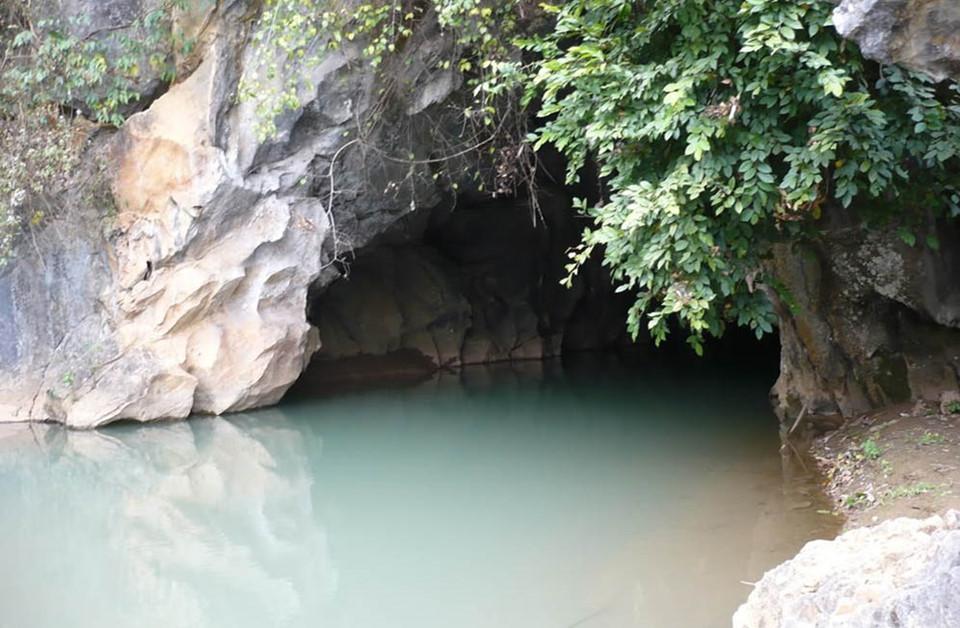 Xung quanh hang là những dãy núi trùng điệp, rừng cây xanh ngát và một hồ nước trong vắt ở cửa hang. Với chiều dài trên 150 m, hang Thẩm Tét Toong phân thành nhiều đoạn. Trong hang, cảnh quan đầy chất huyền bí với những dòng suối thạch nhũ chạy dài như khóm trúc, những tảng đá chen nhau tạo thành đám mây trên thành hang. Tất cả hòa quyện tạo nên bức tranh thiên nhiên tuyệt đẹp, vừa hoang sợ, lạ lùng, vừa sống động, quyến rũ. Ảnh: Du lịch Tây Bắc.