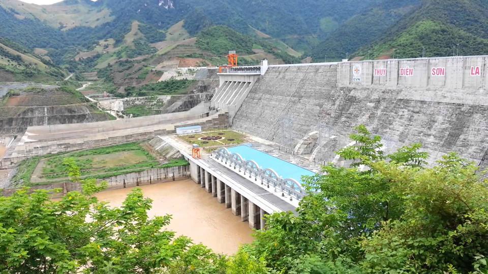 Nhà máy thủy điện Sơn La: Đây là nhà máy thủy điện có công suất lớn nhất khu vực Đông Nam Á, nằm ở xã Ít Ong, huyện Mường La. Sau 7 năm xây dựng (từ 2005-2012), nhà máy thủy điện Sơn La được khánh thành, trở thành niềm tự hào của người dân Sơn La nói riêng và Việt Nam nói chung. Không chỉ vậy, cảnh quan ở nhà máy thủy điện Sơn La thật sự xinh đẹp và hấp dẫn với những ai muốn khám phá phong cảnh thiên nhiên kỳ vĩ của núi rừng Tây Bắc. Ảnh: Lystravel .