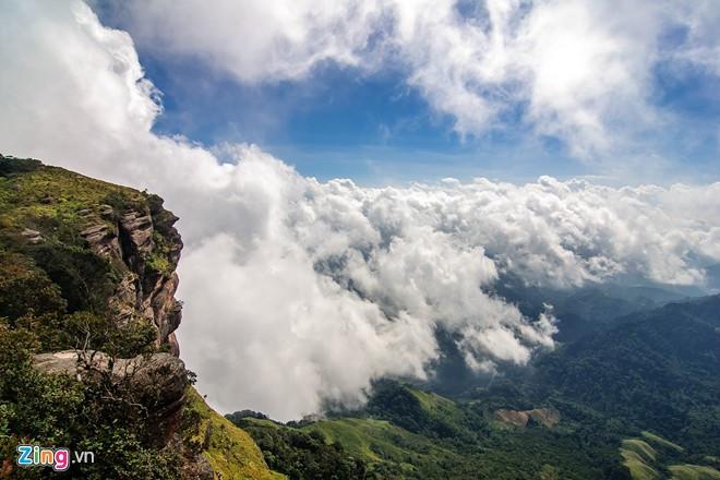"""Đỉnh Pha Luông: Pha Luông nằm giữa biên giới Việt - Lào, ở độ cao gần 2.000 m so với mặt nước biển và được mệnh danh là """"nóc nhà của cao nguyên Mộc Châu"""". Đây là địa điểm đầy hấp dẫn đối với những người mê khám phá, trải nghiệm. Leo lên đỉnh Pha Luông đòi hỏi bạn có lòng quả cảm và sức bền bởi đường lên đỉnh núi chỉ có dốc và rừng rậm âm u."""