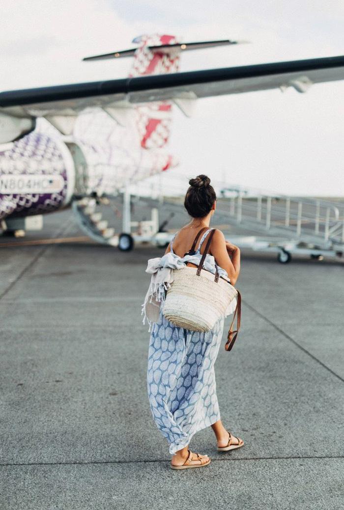 Quần áo khi du lịch mùa nóng nên thoáng mát nhưng không quá hở để bảo vệ da khỏi ánh nắng mặt trời. Ảnh: Glitter Guide