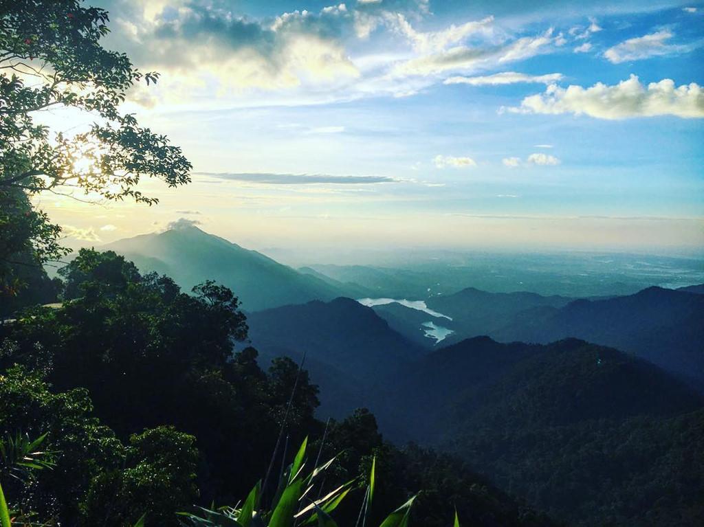 Khung cảnh hùng vĩ của thiên nhiên khi bạn trekking khám phá dãy Bạch Mã.