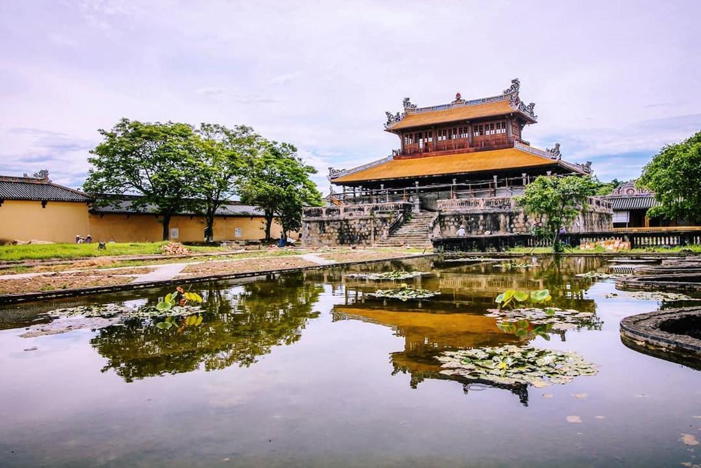 Đại Nội, lăng Khải Định hay lăng Tự Đức là những điểm bạn nên đến thăm trong hành trình khám phá nét đẹp cố đô Huế.