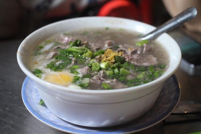 Phở Hớn Hưng - ngã sáu Nguyễn Tri Phương, quận 10 (15h 30 - 24h)  Khiến thực khách xiêu lòng bởi nước phở đậm đà, bò viên to dai sừng sực, tiệm phở hơn 50 năm tuổi này là lựa chọn không tồi vào những buổi tối muộn ở Sài Gòn, đặc biệt vào mưa đêm. Thêm một trứng chần vào tô phở bốc khói nghi ngút, kết hợp với thịt bò mềm sẽ làm bạn ấm bụng ngay lập tức. Giá một tô khoảng 40.000 - 70.000 đồng.