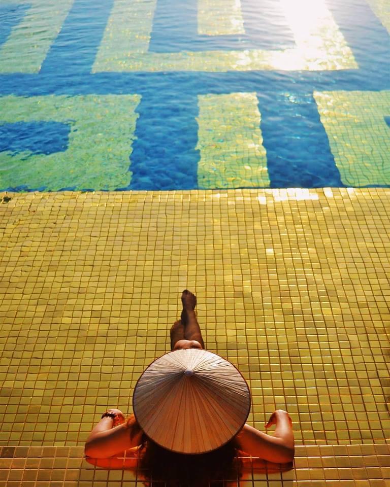Sàn hồ bơi cũng được lót bằng gạch dát vàng tạo sự sang chảnh tuyệt đối